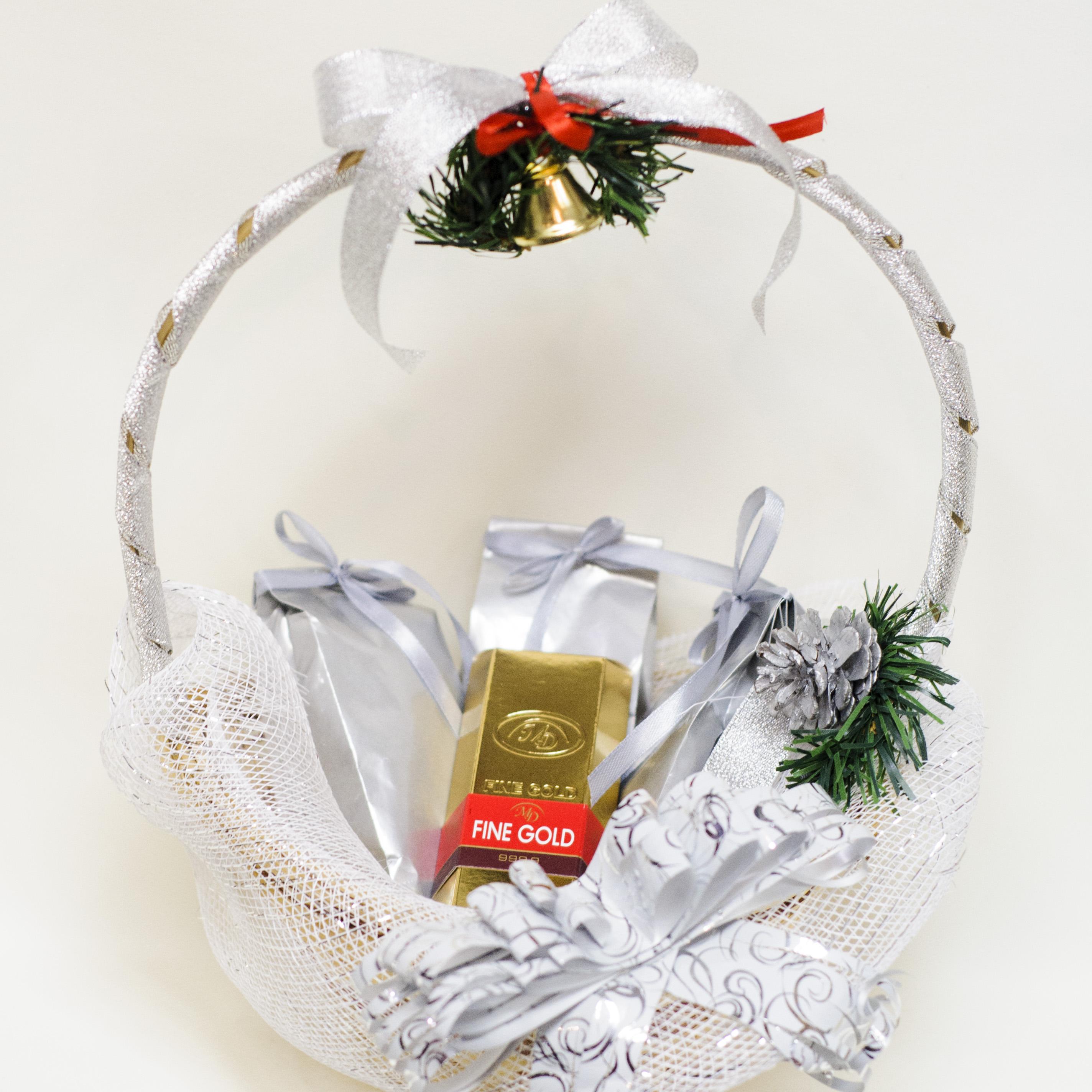 Новогодние подарки в корзине 49